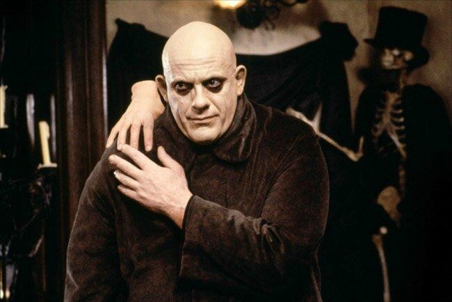 Christopher Lloyd dans le rôle de Oncle Fétide Addams avec La Chose