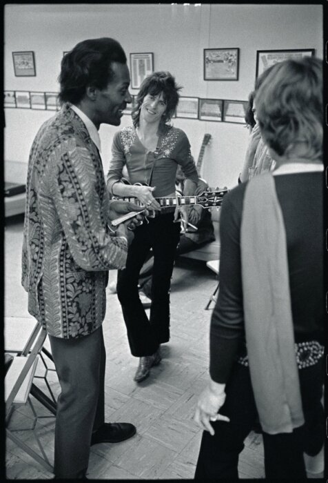 mick-jagger-keith-richards-chuck-berry-backstage-altamont-1969