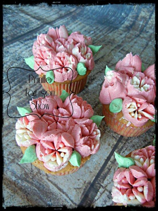 Assortiment de petits gateaux : cupcakes, macarons et éclairs