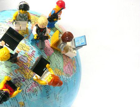 figurines Lego sur globe les réseaux sociaux d'entreprise worldwide