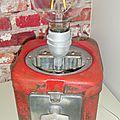 Distributeur à bonbon vintage transformé en lampe de chevet