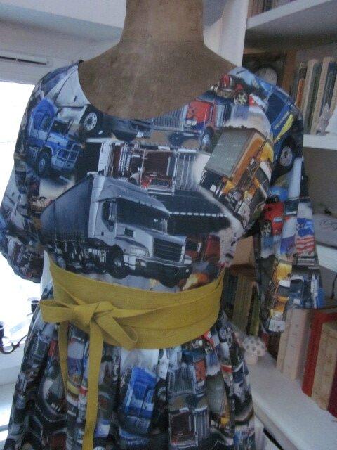 Robe RAYMONDE en coton imprimé ''belle comme un camion'' - manches raglan - longueur genoux - taille unique (13)