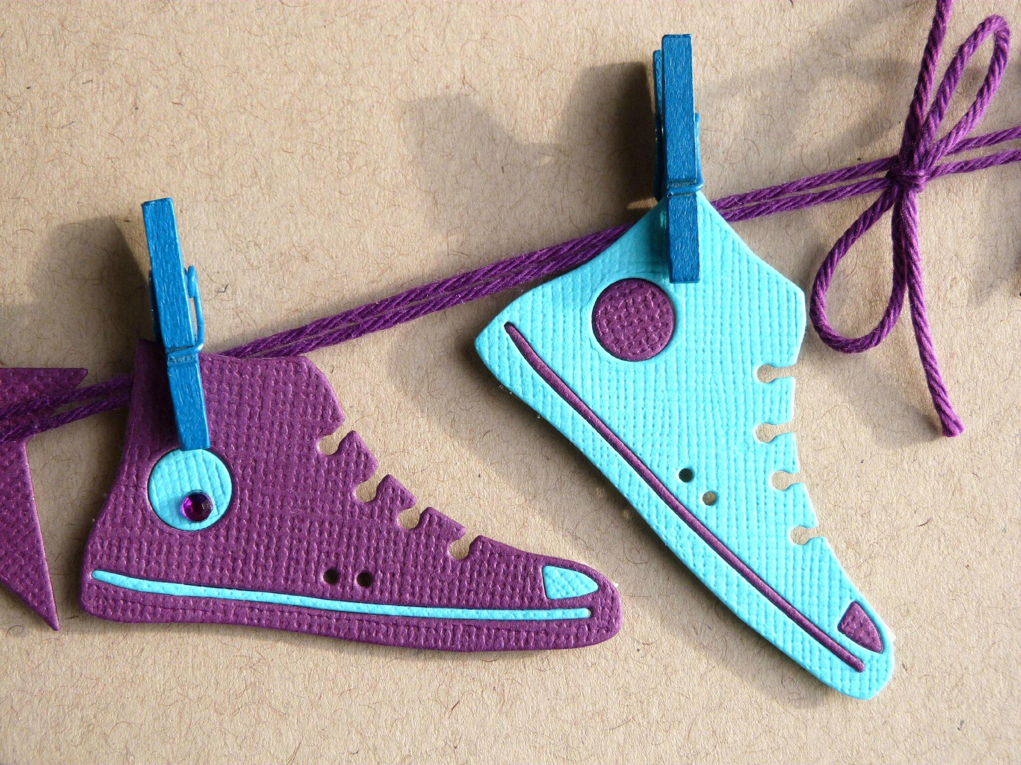 carte d anniversaire en kraft avec baskets violette et turquoise suspendue comme une carte 224