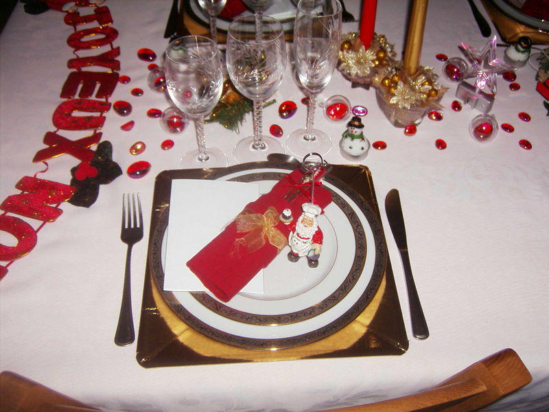 Emplacement par personne en rouge et blanc photo de art for Place a table par personne