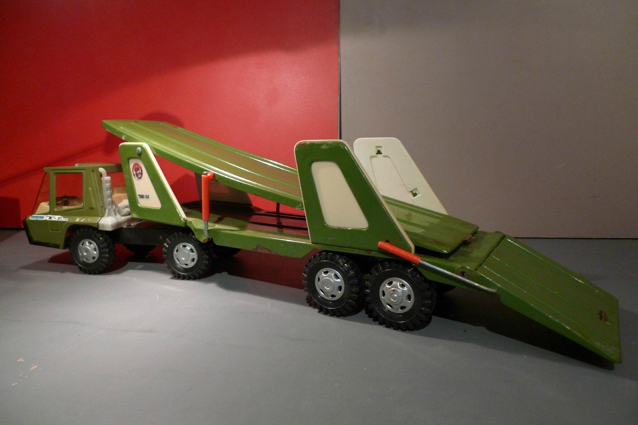 un camion porte voitures costaud de la marque gozan le tigre 2000 des ann es 70 loulou et. Black Bedroom Furniture Sets. Home Design Ideas