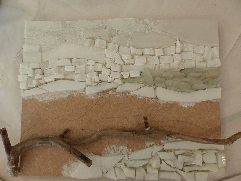 Mosaïque en cours, marbre, verre, bois flotté