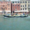 Clin d'oeil-bateau de commerce sur Grand Canal