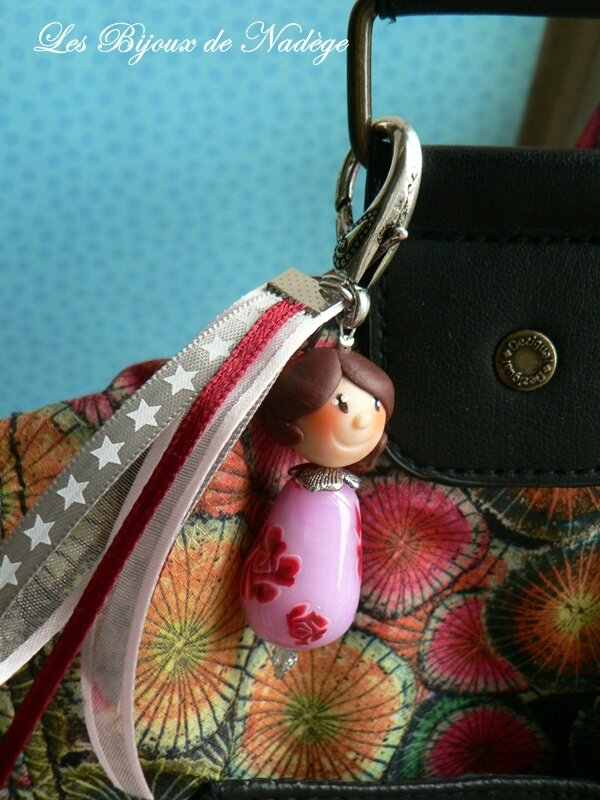 Porte clef personnage fille, Marie et ses roses