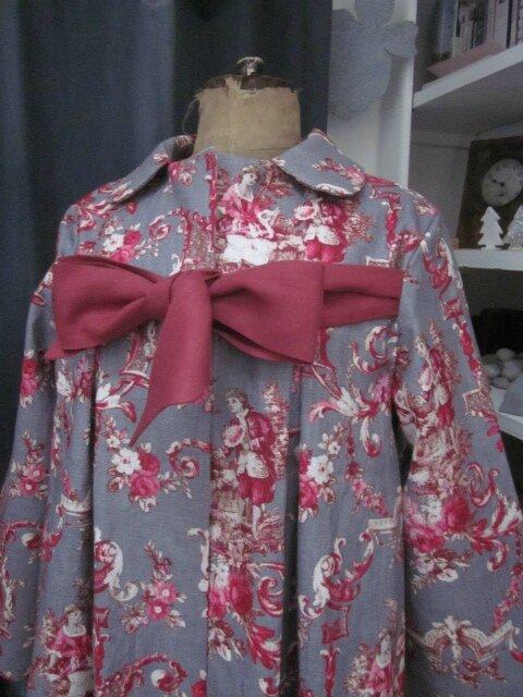 Manteau AGLAE en lin gris imprimé toile de Jouy Pastorale rouge (3)
