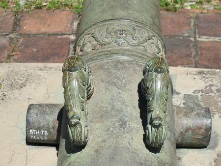 9 Trang trí một hoa dây lá ô rô trên khẩu súng thần công đúc năm 1661 ở BTCVCĐ Huế