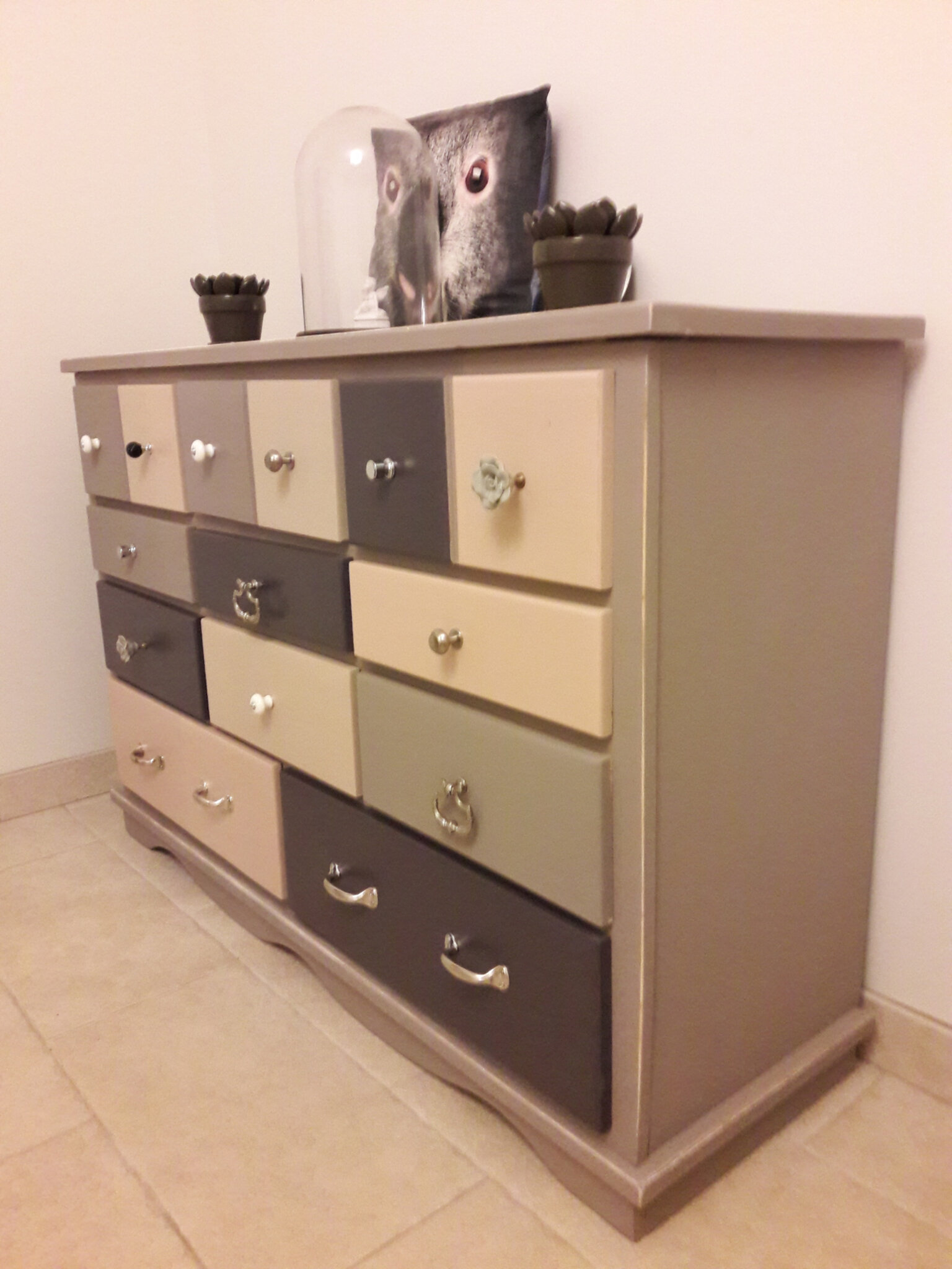 Customiser un meuble en pin latest je with customiser un - Peindre une commode ikea ...