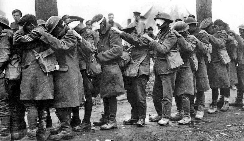 Soldats de la 55e division britannique rendus aveugles par les gaz lacrymogènes à la bataille de la Lys en 1918