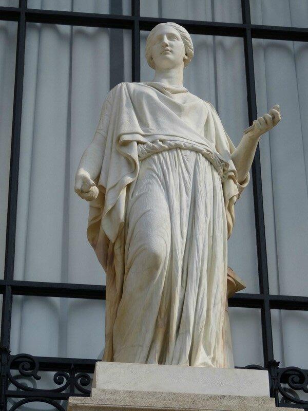 statue facade galliera arts