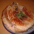 Rouelle de porc braisée à la gelée de pied de veau, pommes de terre et echalottes confites