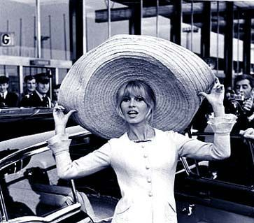 bb-theme-chapeau-1965-aeroport-010-1