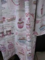 Manteau AGLAE en toile de coton imprimé Salon de thé rose, fermé par un noeud de coton violine (6)