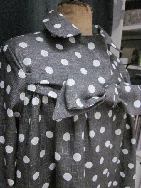 Manteau BERENICE en lin gris à pois blanc orné de 3 volants de lin blanc, fermé par un neoud cousu dans le même tissu (1)