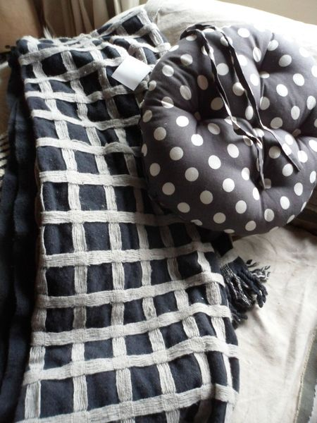 plaid noir a carreaux en laine+coussin assorti 010