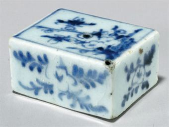 a_small_blue_and_white_porcelain_water_dropper_joseon_dynasty_d5347211h