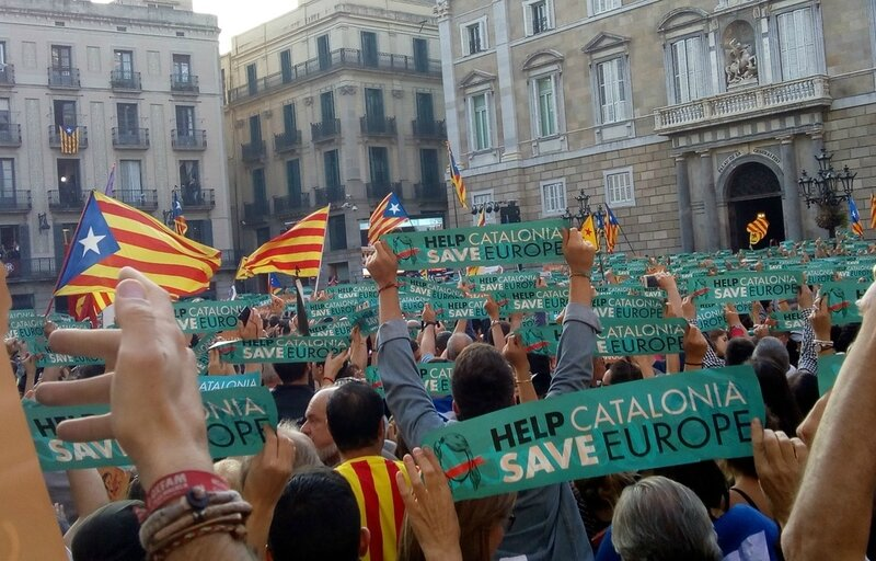 960x614_help-catalonia-save-europe-brandissent-catalans-place-saint-jaume-barcelone-27-octobre-2017