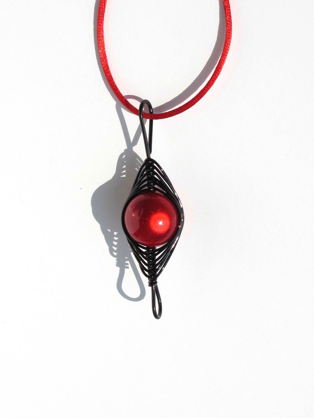 pendentif wire noir perle rouge face