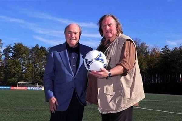 Gérard Depardieu aux côtés du président de la FIFA, Sepp Blatter