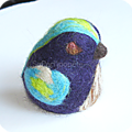 Petit oiseau en laine cardée