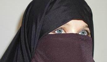 5418900_Une-femme-portant-le-niqab-un-voile-integral