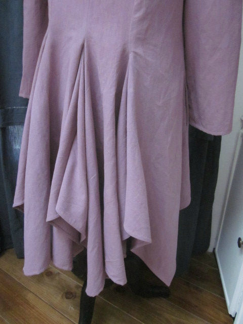 Redingote BERNADETTE en drap ancien teinté vieux rose fermée avec 4 petits boutons de nacre