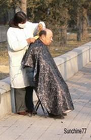 P73_Coiffeur_dans_la_rue___Beijing_2005