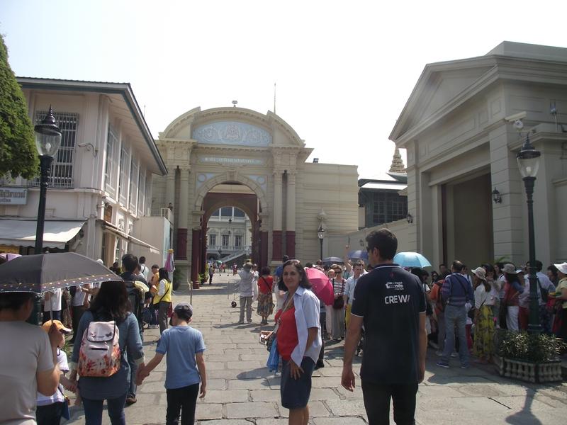 Les touristes à l'entrée du Grand Palais