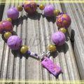 bracelet violet/jaune monté sur fil coton violet foncé, perles miracle jaune