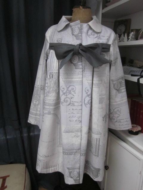 """Manteau AGLAE en toile de lin gris imprimé """"architecture"""" fermé par un noeud de lin gris"""