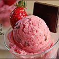 Glace au lait ou sorbet laitier aux fraises fraîches et au chocolat noir, sans gluten et sans lactose