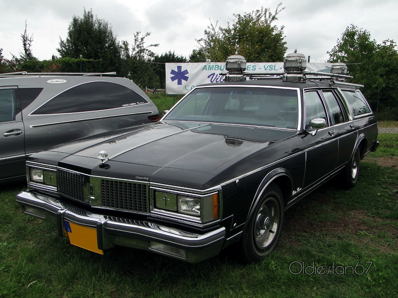 oldsmobile-custom-cruiser-wagon-corbillard-1