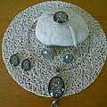 Parure de bijoux noire et blanche en cabochon : bagues, collier, bracelet et boucles d'oreilles