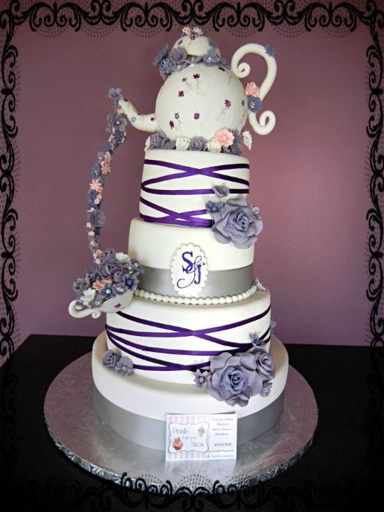 Gateau de mariage - wedding cake - un peu gravity cake avec sa théière et sa cascade de fleurs .
