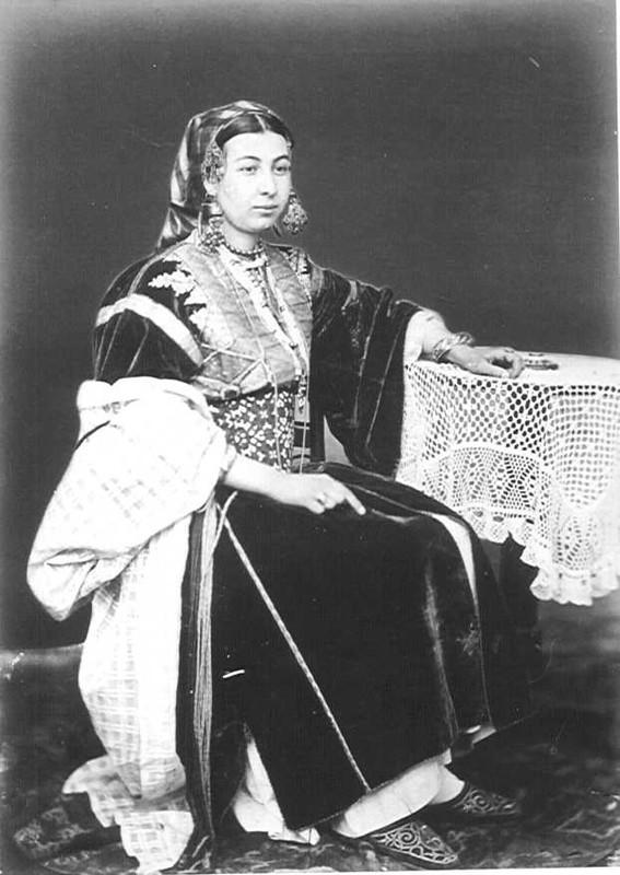 Photo d'une femme juive de Tanger, dans son costume de fête, ca. 1870