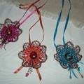 Les colliers fleurs en crochet et raphia - 30 euros