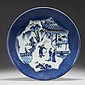 Plat en porcelaine bleu blanc et rouge de cuivre sur fond bleu poudré, chine, dynastie qing, xviiie siècle