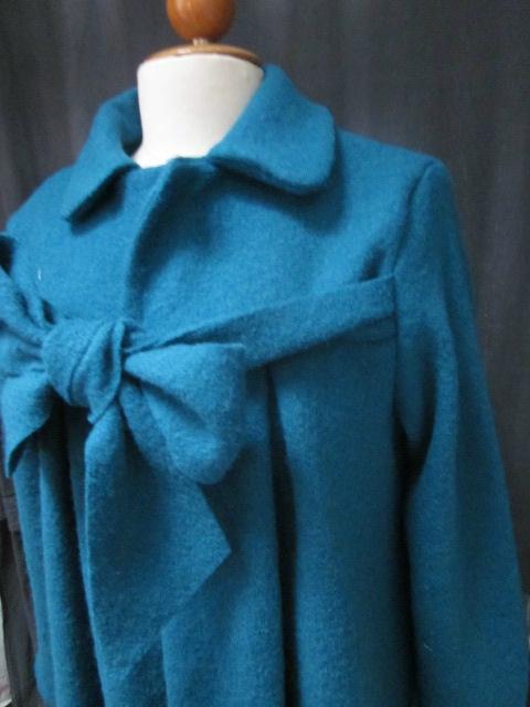 Manteau AGLAE en laine bouillie bleu pétrole fermé par noeud