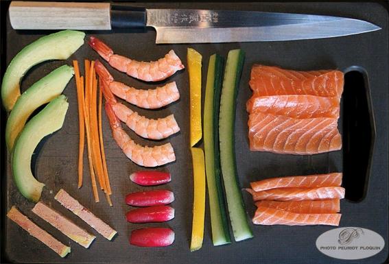 BAGUETTE_ET_SUSHI_ingredients_prets_pour_la_fabrication_des_sushis_et_des_makis_avocat_carotte_foie_gras_crevettes_radis_mangue_concombre_saumon