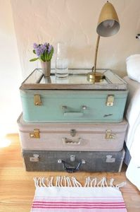 table de chevet valises