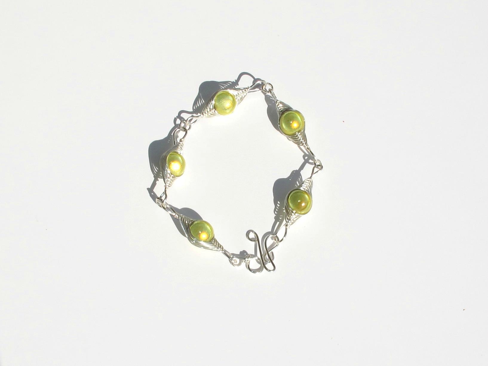 bracelet wire argent perles vert jaunes