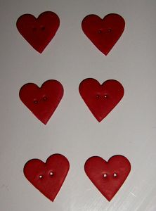 boutons coeurs rouges