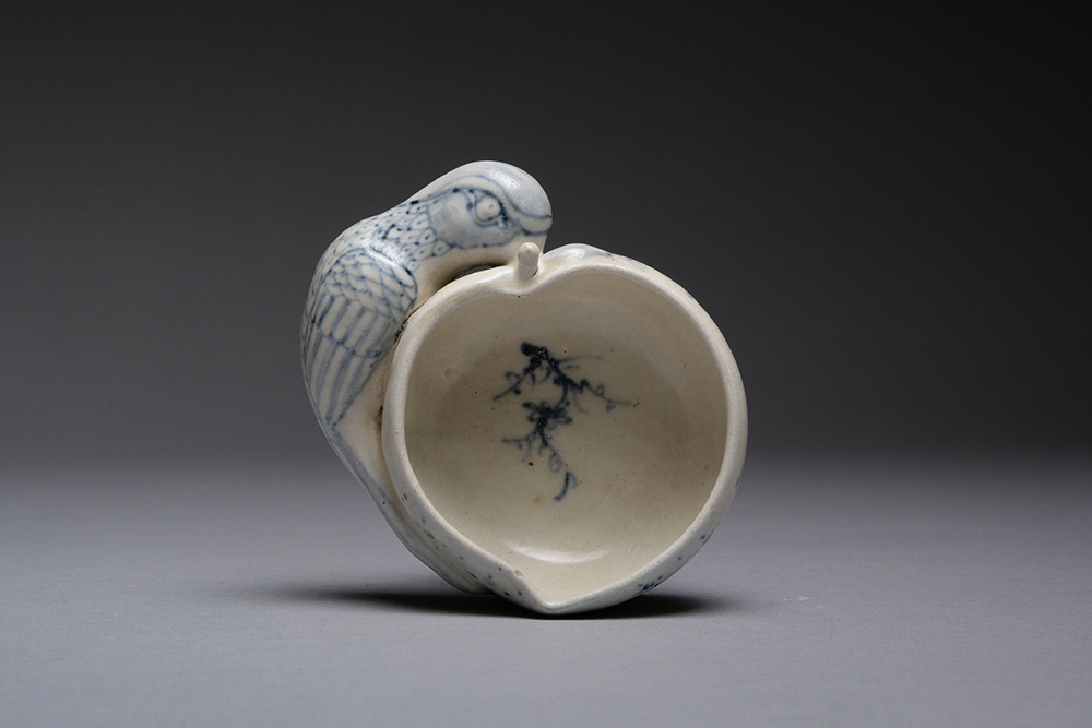 Parrot and Peach Bowl, Shipwreck Salvaged Hoi An Hoard, c. 1450. Diameter: 4 inches. Sold for 1.200,00 USD (894,55 EUR) in ebay.