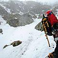 Tchouperrine et petit ours brun font un bonhomme de neige au hohneck