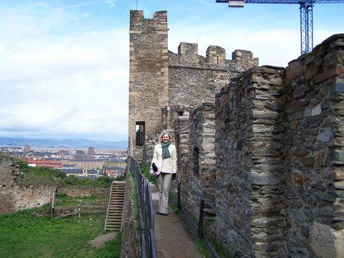 Ponferrada-chateau et moi sur le chemin de ronde