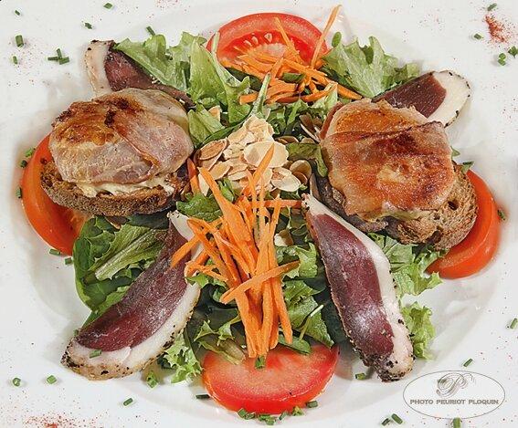 Salade_de_CHEVRE_CHAUD_larde_au_miel_magret_et_amandes_grillees_par_Patrick_Lasfargue_Le_Goldfish_a_Golfech_82