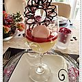 Mousse au fromage blanc, coulis de framboises, fleur en chocolat et macarons mres